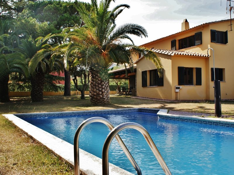BEAUTIFUL HOUSE WITH SWIMMING POOL IN MONT RAS, vacation rental in Vall-Llobrega