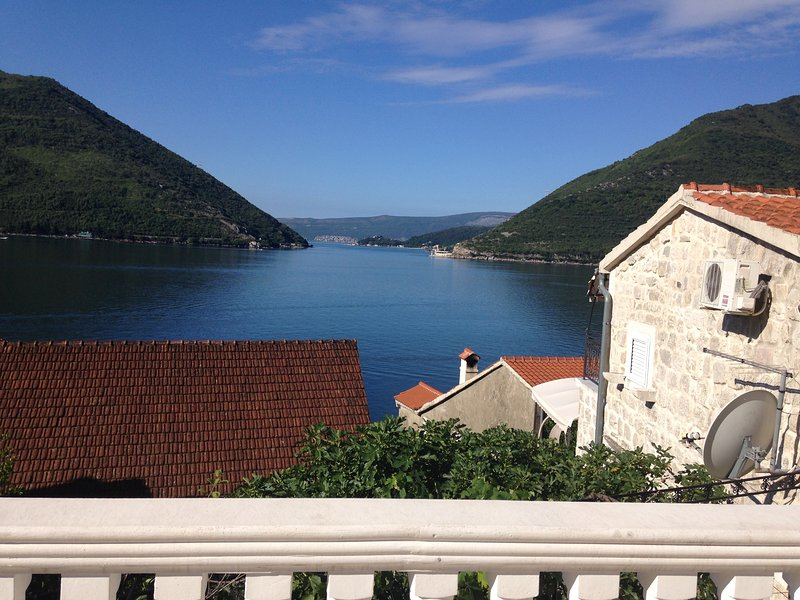 'Pip'- Stunning 1 bed Apartment in picturesque Perast, holiday rental in Donji Stoliv