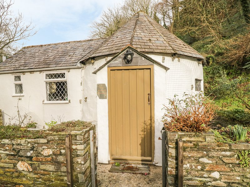 MILLSTREAM, romantic, character holiday cottage, with a garden in Tintagel, Ref, vacation rental in Tintagel