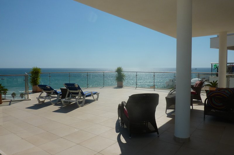AT02 Luxury Penthouse Apartment with excellent Sea Views, alquiler de vacaciones en Faro District
