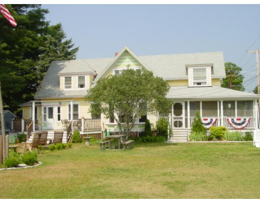 Steps to beach, large yard, sleeps 13, walk to town, washer/dryer, location de vacances à Buzzards Bay