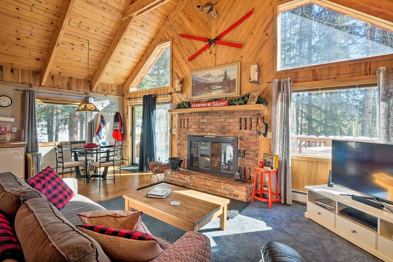 Alma 'Cloud 9 Cabin' w/ Fireplace & Wooded Views!, holiday rental in Alma