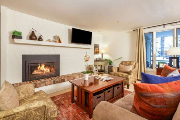After a long day exploring all that Aspen has to offer you will enjoy relaxing in this warm and inviting living room.