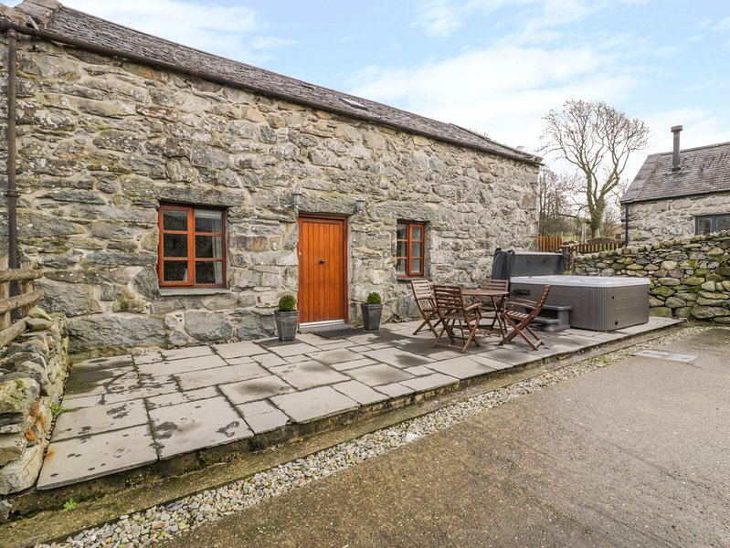 ISALLT, pet friendly, character holiday cottage, with a garden in Llanfair, Ref, location de vacances à Llanbedr