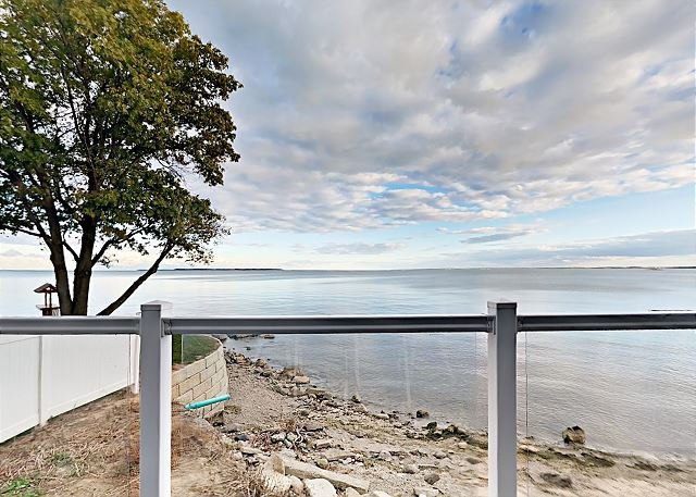 Stunning Lakefront Condo - 4 BR, 2 BA, Full Kitchen, Waterfront Deck - 10 ppl, vacation rental in Put in Bay