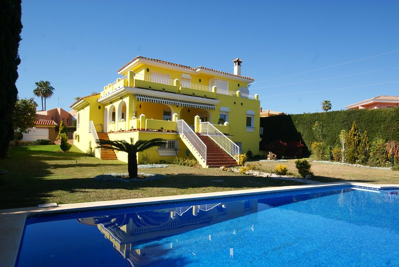 STUNNING 4 BED 4 BATH VILLA NR MARBELLA sleeps 10 PRIVATE POOL, NR BEACH,  WIFI, vacation rental in Benamara