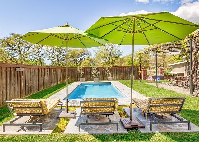 Stunning, Family-Friendly Sonoma Moon Garden House w/ Pool, location de vacances à Vineburg