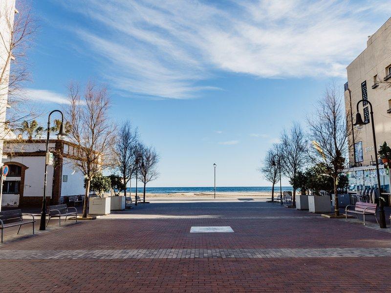 Beautiful loft on the beach with parking only 45min BCN, alquiler de vacaciones en Torredembarra