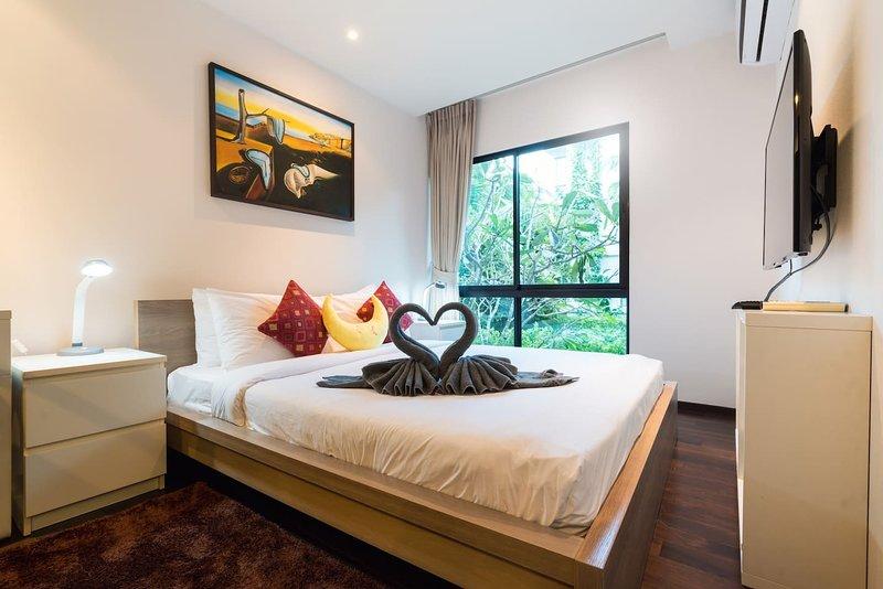 Camera da letto accogliente con TV e spazio di lavoro