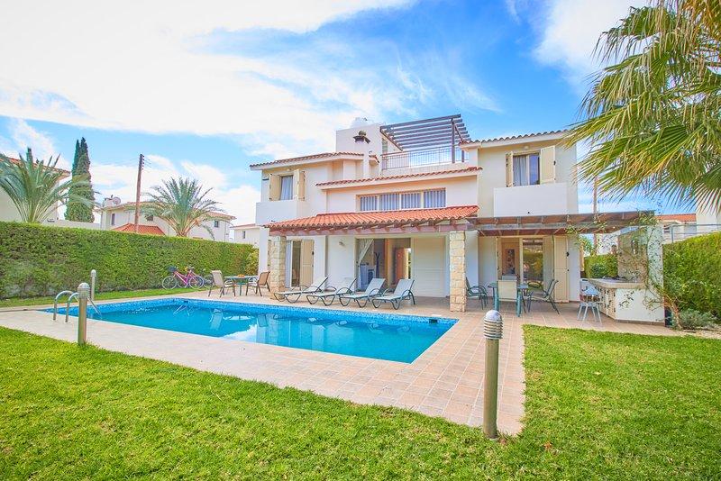 5 Minute to Sandy Beach - Luxury Spacious Villa - Massive 12m x 4m Swimming Pool, holiday rental in Khlorakas