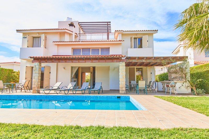Stunning Luxury Villa - 5 Mins to Sandy Beach - Private Pool - Wifi - Sea Views, holiday rental in Khlorakas