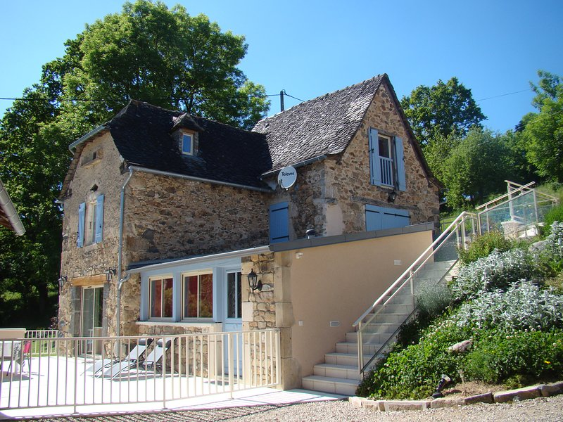 Gîte 4* piscine privé chauffée aquabike et SPA, location de vacances à Villeneuve d'Aveyron