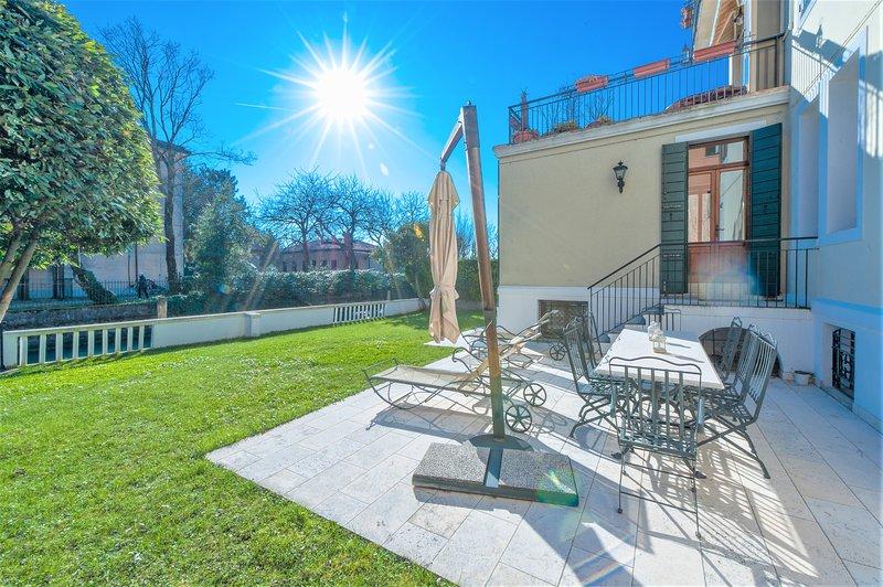 Villa Une: garden, beach and culture in Venice., holiday rental in Lido di Venezia