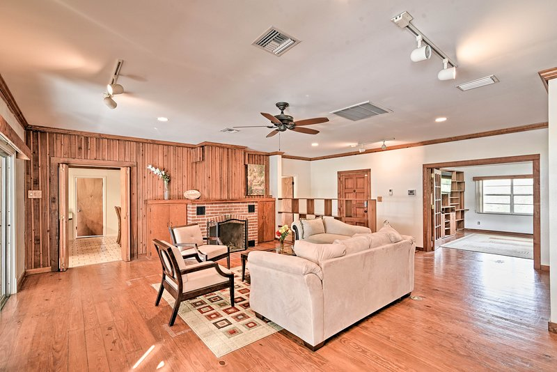 Lakefront Home w/Private Pool, 13 Mi to Tampa, alquiler de vacaciones en Lutz