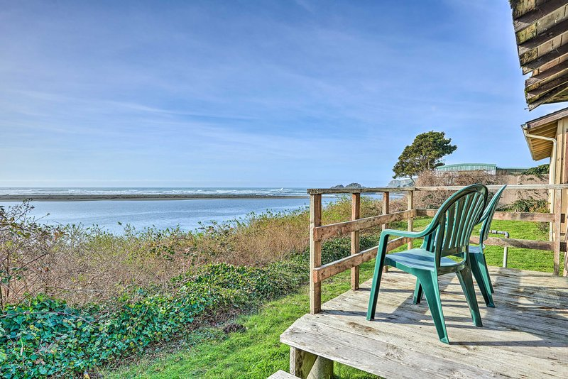 Smith River Vintage Cabin w/Oceanfront Deck+Views!, holiday rental in Fort Dick