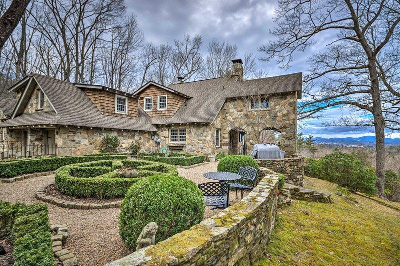 Luxury Hendersonville Home w/Magnificent Mtn Views, aluguéis de temporada em Laurel Park