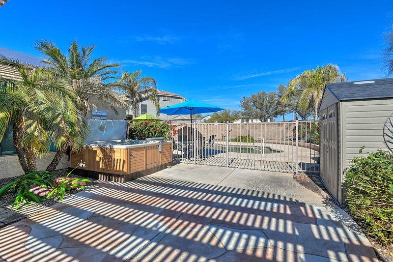 Votre spa privé est installé à l'ombre d'un palmier voisin.