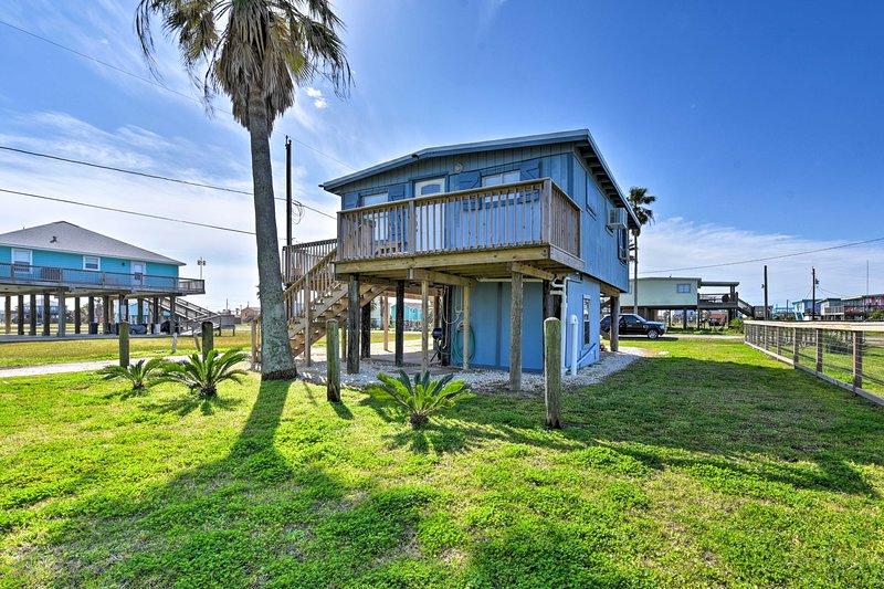 Colorful Cottage - 2 Blocks to Surfside Beach!, alquiler vacacional en Brazoria