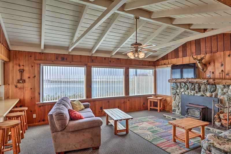 Coastal Smith River Cottage w/Ocean Views!, holiday rental in Fort Dick