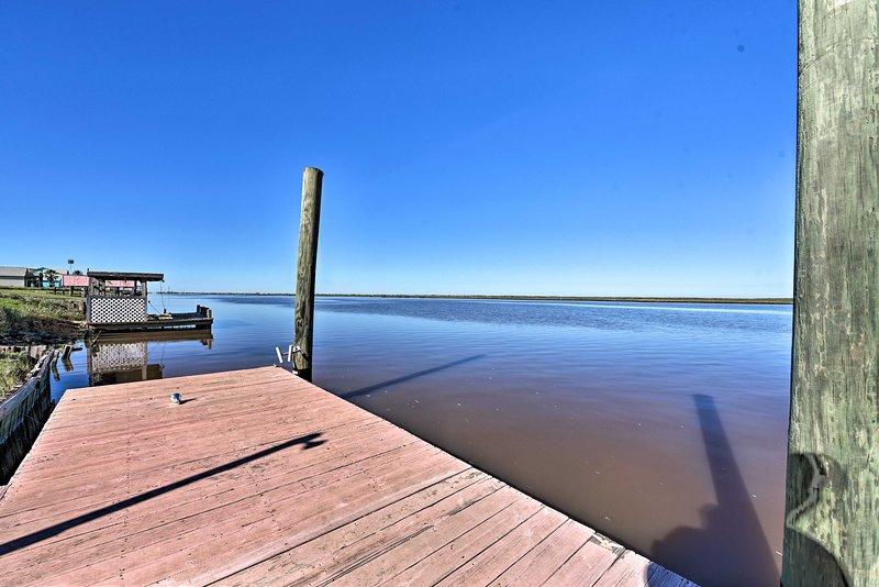 Lancia una linea dal molo durante la tua permanenza in questa casa costiera.