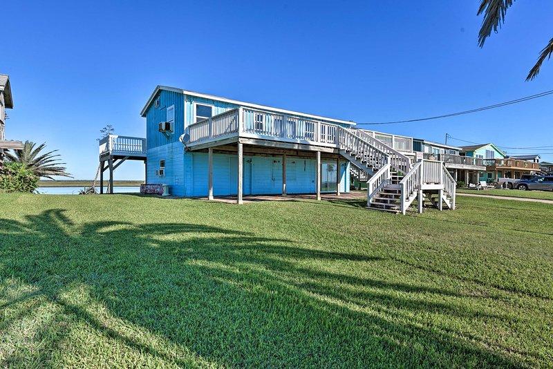 Oceanfront Sargent Beach Home w/ Dock!, location de vacances à Sargent