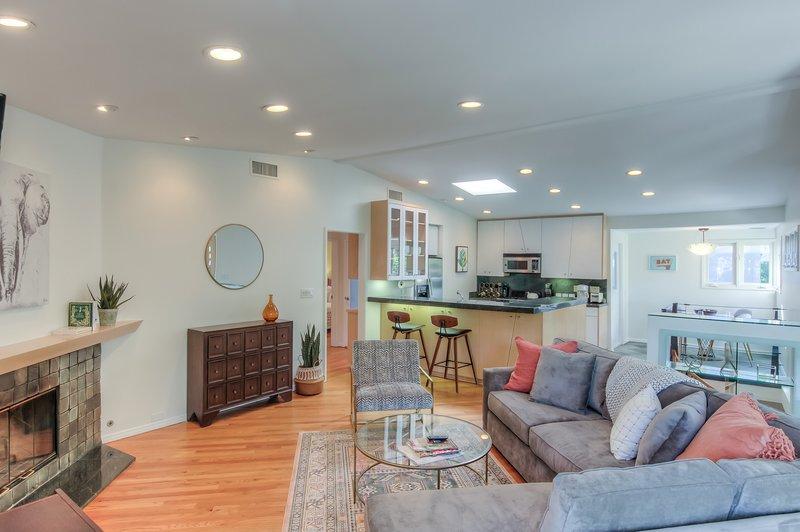 ★ Hollywood Hills Retreat ★ Large Backyard ★ 2Car Garage, holiday rental in Los Angeles