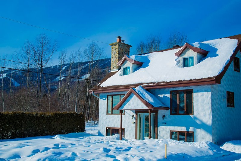 Quebec City 6 bedroom chalet with 3 bathrooms MSA, holiday rental in Sainte Anne de Beaupre