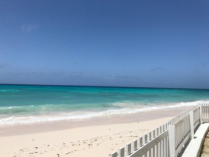BEACH APARTMENT - RELAX RIGHT ON THE BEACH, location de vacances à Oistins