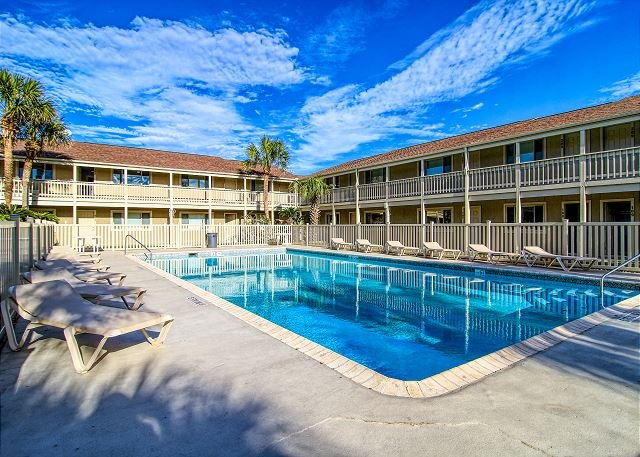 Fully remodeled condos! Large pool! Only a block to the beach!, alquiler de vacaciones en Port Aransas