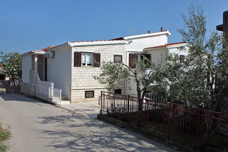 Two bedroom apartment Seget Vranjica, Trogir (A-4887-a), location de vacances à Seget Vranjica