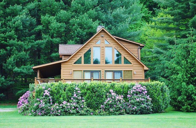 Appalachian Mist-Riverfront, Hot Tub, Pet Friendly, WIFI, wood fireplace, casa vacanza a West Jefferson