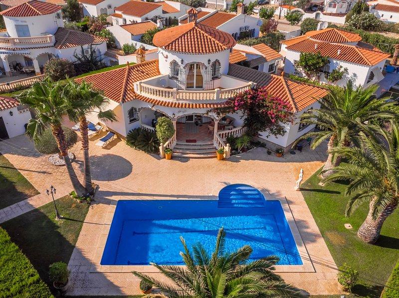 LIDIA Villa piscina privada, jardín, Wifi gratis, vacation rental in Masriudoms