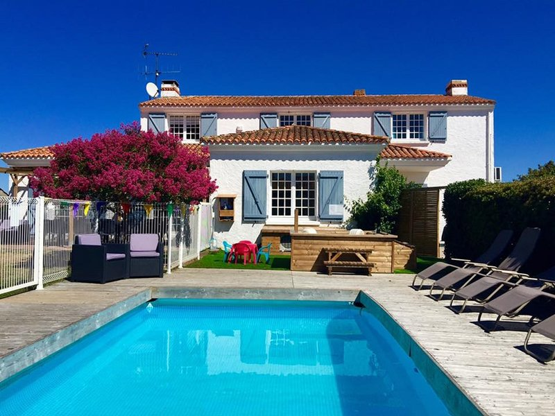 6 bedrooms, sleeps 15 babies, near sandy beaches, village location, holiday rental in Saint-Hilaire-la-Foret