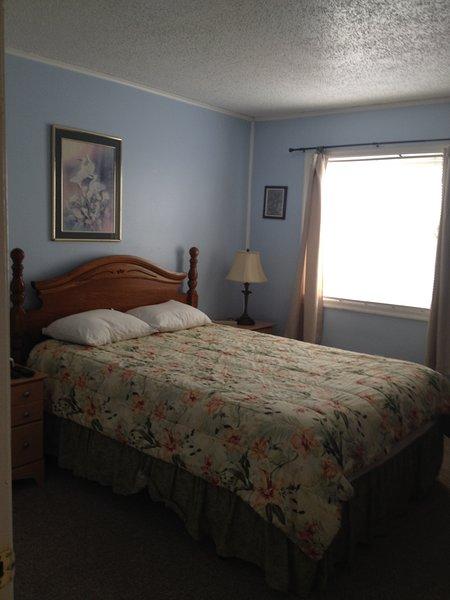 Bedroom 1:  1 Queen size bed