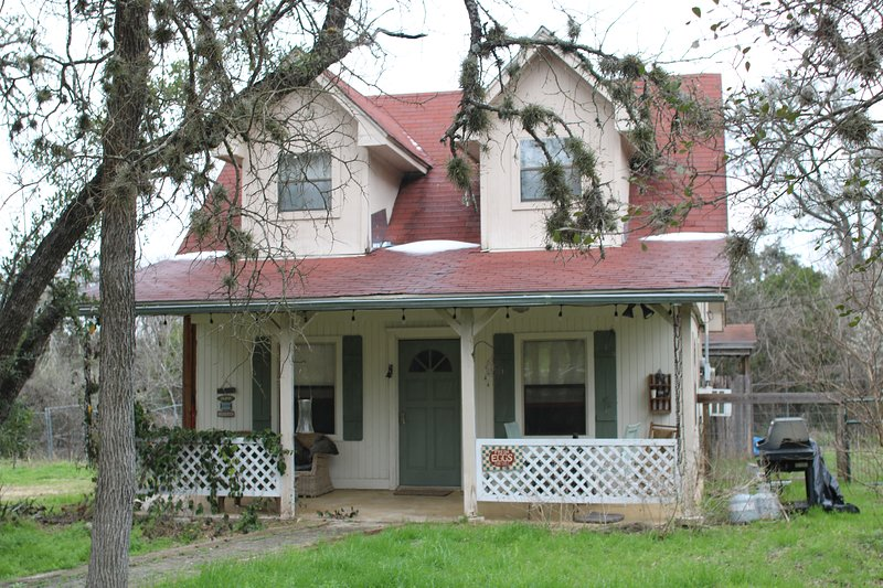 South Austin - cute, roomy and airy cottage with a country feel., holiday rental in Kyle