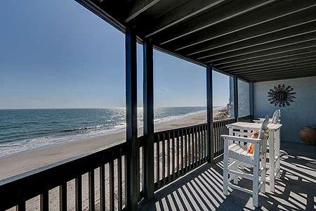 1310 Shipwatch Villas - 3BR Oceanfront Condo in North Topsail Beach with Communi, vacation rental in North Topsail Beach