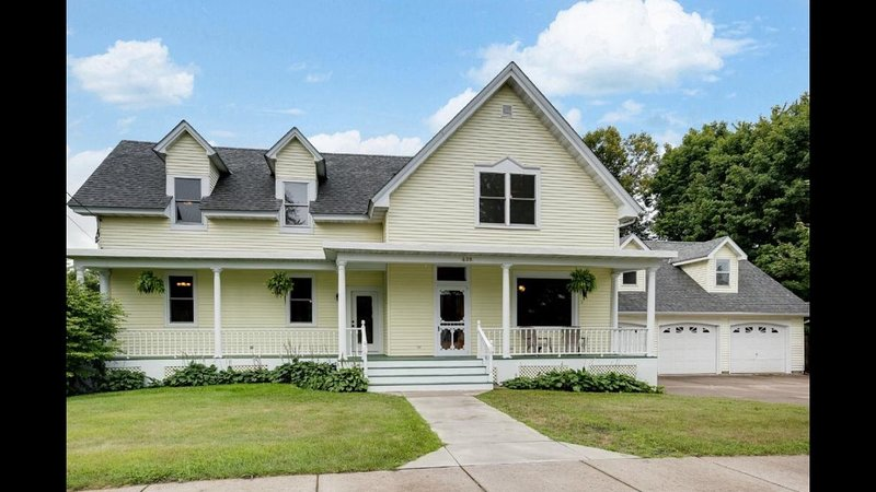Historic 1880s Home—Dr. Comacker's Legacy, holiday rental in Forest Lake