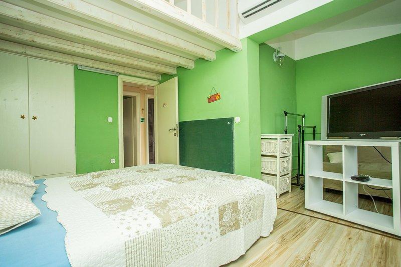 Furniture,Indoors,Room,Bedroom,Flooring