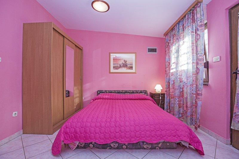 Bedroom,Room,Indoors,Furniture,Bed