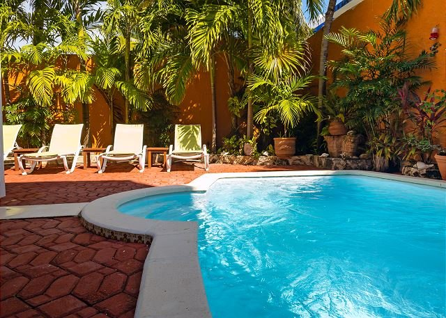 Large 3 story home with charming Mexican decor, private pool & garden, alquiler de vacaciones en Puerto Morelos