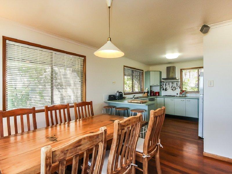 Il tavolo da pranzo interno può ospitare comodamente 8 persone. (tavolo da pranzo esterno può ospitare 6 - 8 facilmente)