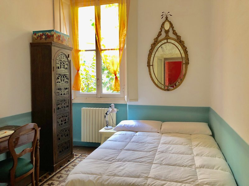 Room on tree-lined court 30 meters Arco della Pace Chalet in Milan