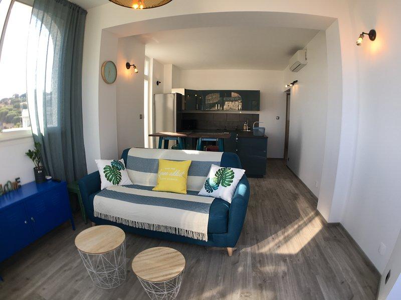 Salon - Cuisine avec accès terrasse privative vue mer