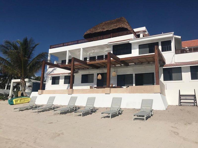 6,000 Sq. Pie. Villa con 3.000 m2. Ft of Patios, piscina infinita en la playa, piscina en la azotea con sala de estar.
