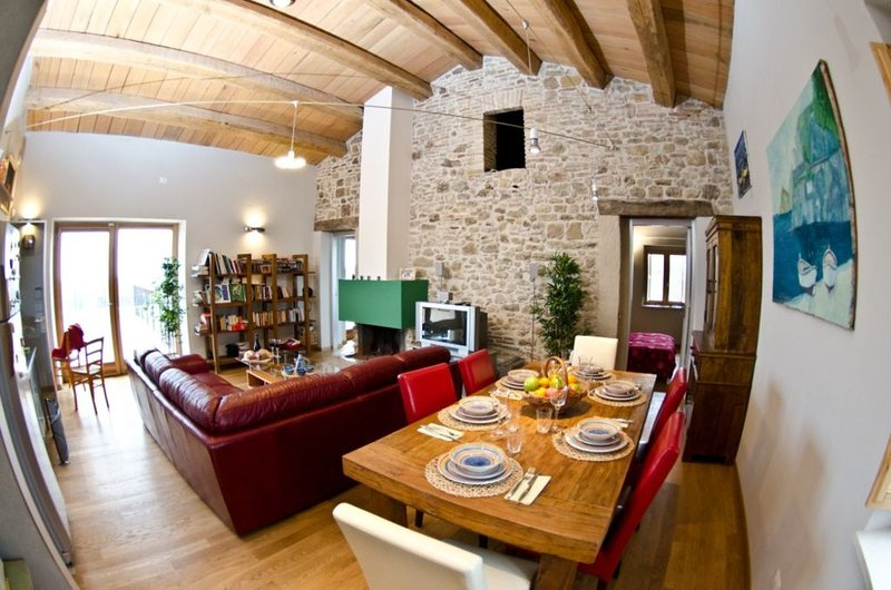 PERFECT FAMILY VACATION HOME OR PRIVATE ROMANTIC GETAWAY, vacation rental in Tollo