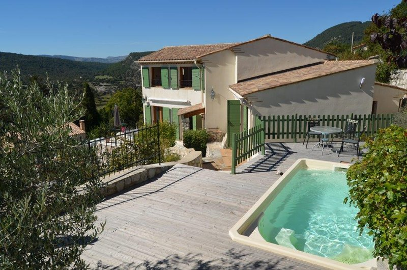VILLA AMICALEMENT HOTE - COTE D'AZUR, holiday rental in Coursegoules