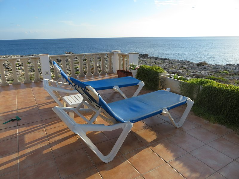 Stunning Frontline Villa w/ Air Con/WiFi, holiday rental in Biniancolla
