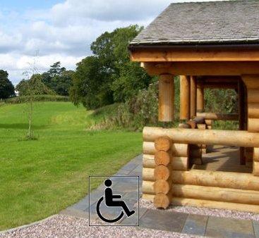 Acceso para sillas de ruedas, pero NO servicios completamente discapacitados