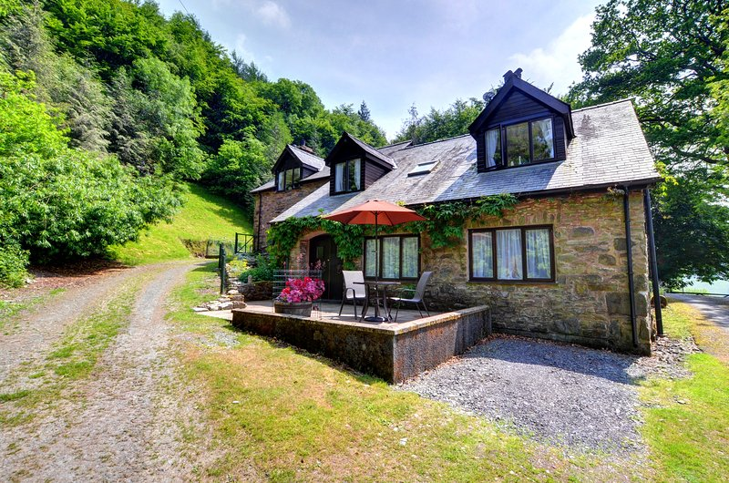 Lovely little annexe with fabulous countryside views - Llwynglas, WAN430, vacation rental in Machynlleth