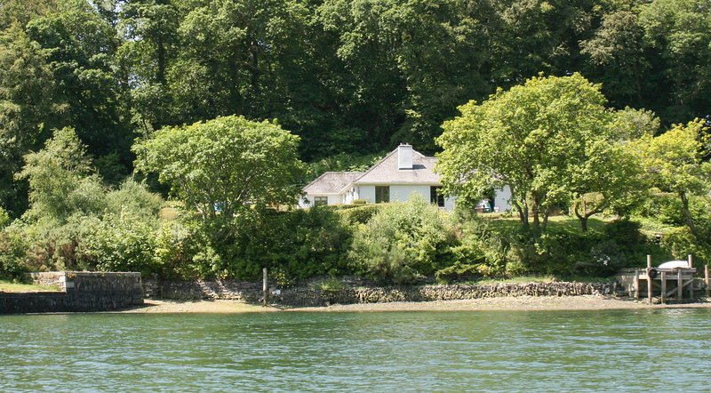 Ruan Dinas - creekside house on the banks of the River Fal, holiday rental in Devoran